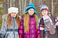 三个女孩朋友立场在公园 库存照片