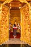 三个女孩欢迎游人到佛教教会 免版税图库摄影