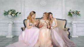 三个女孩见面了在与朋友的一个婚礼 影视素材
