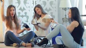 三个女朋友享用时兴的鞋子 股票录像