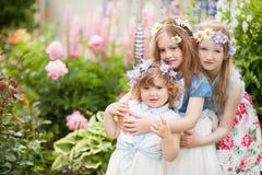 三个妹容忍在庭院里 库存照片