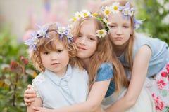 三个妹容忍在庭院里 免版税库存照片