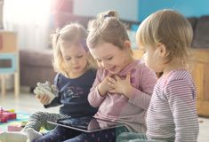三个妹用途片剂在家 免版税图库摄影