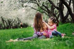 三个妹获得一起演奏室外的很多乐趣在夏天公园在度假 库存照片