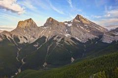 三个姐妹山峰加拿大人罗基斯班夫国家公园Canmore亚伯大 库存照片