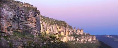 三个姐妹岩层的全景风景视图 免版税库存照片