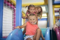 三个小女孩在操场 免版税库存图片
