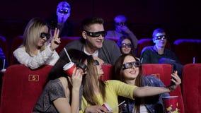 三个少女少年采取在戏院的selfies 股票录像