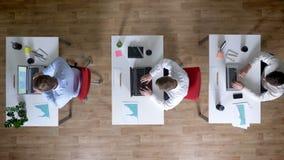 三个年轻人商人同时来到工作场所用咖啡,工作概念,办公室概念,通信 股票录像