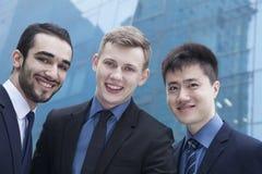 三个微笑的商人画象,户外,商业区 图库摄影