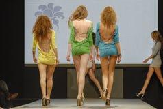 三个性感模型走 免版税库存照片