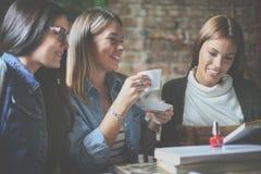 三个愉快的女孩在有的图书馆里教育一起 关闭 免版税库存图片