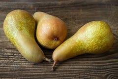 三个成熟水多的梨 免版税库存图片