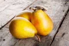 三个成熟水多的黄色梨 免版税库存照片