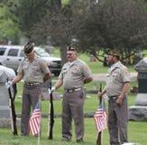三个战士退伍军人在坟园 免版税库存图片