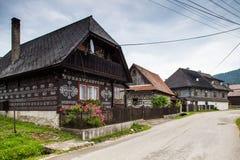 三个房子在Cicmany村庄 库存图片