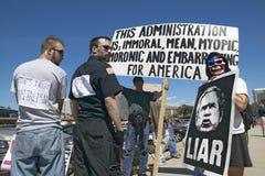 三个抗议者在图森,乔治・ W.宣告的布什总统AZ拿着一个符号布什是说谎者和美国关于伊拉克战争 宣告的布什拿着一个标志布什是关于伊拉克战争的一个说谎者 免版税库存照片