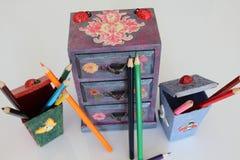 三个抽屉的手工制造微型胸口decoupaged与花卉葡萄酒纸,使用不同的技术装饰的手工制造对象 库存照片