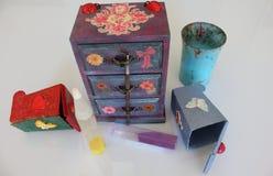 三个抽屉的手工制造微型胸口decoupaged与花卉葡萄酒纸,使用不同的技术装饰的手工制造对象 库存图片