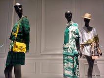三个时装模特塑造最新的时尚,Saks Fifth Avenue,NYC,NY,美国 免版税库存图片