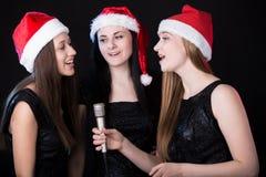 三个有吸引力少妇唱歌 免版税库存图片