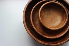三个木空的食物碗被堆积在彼此顶部 免版税库存照片