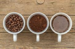 三个杯子准备咖啡不同的阶段  免版税库存图片