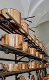 三个架子充满大铜烹调罐 免版税库存图片