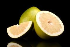 三个柚,半,四分之一隔绝在黑色 库存照片