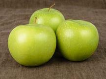 三个格兰尼史密斯苹果苹果 库存图片