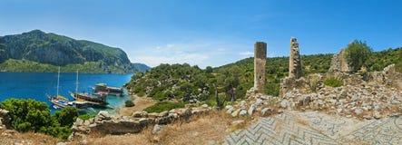三个游船在有古老废墟全景的海岛停泊了 图库摄影