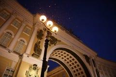 三个灯笼在夜彼得斯堡明亮地发光 免版税图库摄影