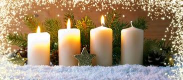 三个灼烧的出现蜡烛和光亮光 免版税库存图片