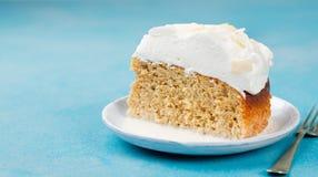 三个牛奶蛋糕, tres leches结块用椰子 拉美传统点心  免版税库存照片