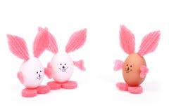 三个玩具复活节兔子做ââof蛋壳 免版税库存图片