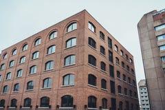 三个现代大大厦在阴暗天空下 库存照片