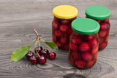 三个瓶子罐装甜樱桃 李属avium 免版税库存照片
