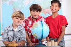 三个男孩在学校 免版税库存照片