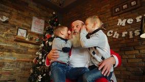 三个男孩孩子在他们的手和sha保留新年礼物 库存图片