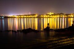 三个男孩雕塑在晚上在汇泉湾,青岛 免版税库存图片