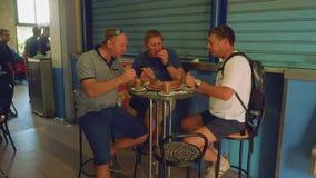 三个白种人人有饭食在休达上主要市场  股票录像