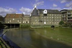 三个磨房和议院磨房与河地方教育局在前景 免版税图库摄影