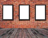 三个空白的广告牌附有大厦外部老砖 免版税库存照片