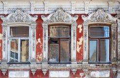 三个窗口,一个古老大厦的门面的片段 免版税库存图片