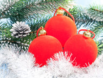 三个红色新年的球 免版税库存图片