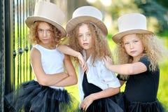 三个美丽的时尚女孩的画象 库存照片