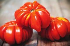 三个美丽的红色有肋骨蕃茄特写镜头 免版税库存照片