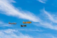 三个老双翼飞机航空器形成飞行在飞行表演期间的 图库摄影