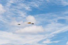 三个老双翼飞机航空器形成飞行在飞行表演期间的 库存照片
