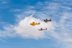 三个老双翼飞机航空器形成飞行在飞行表演期间的 库存图片